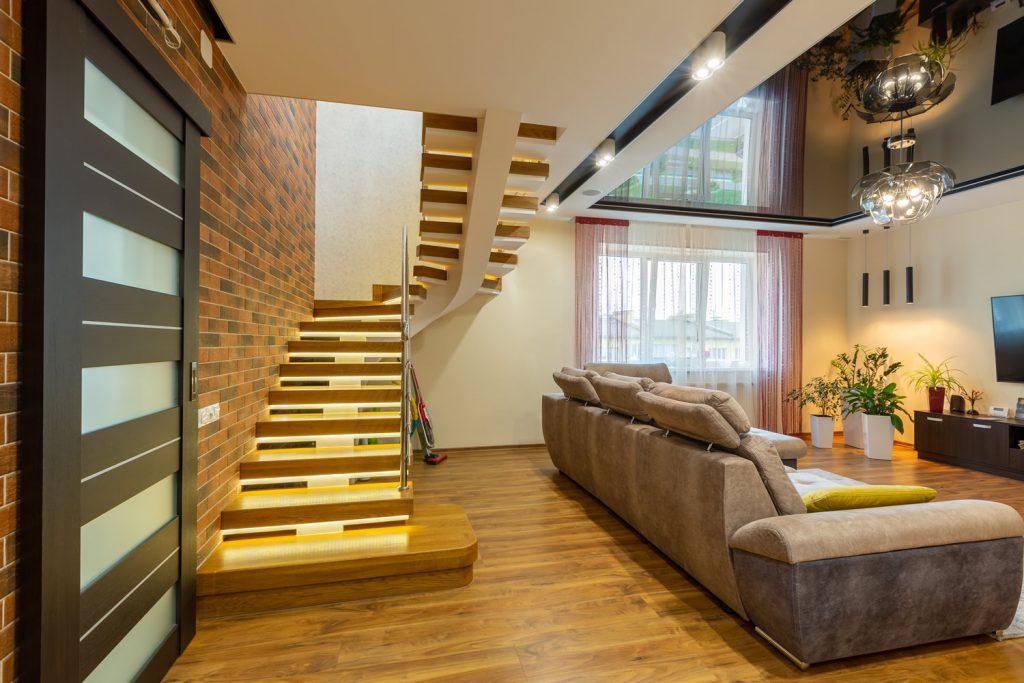 Nowoczesne schody na strych antresolę lub loft