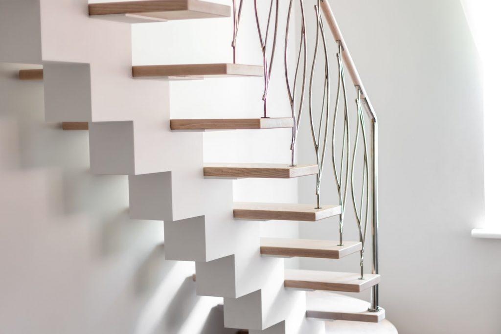 Lekkie schody nowoczesne w jasnym mieszkaniu