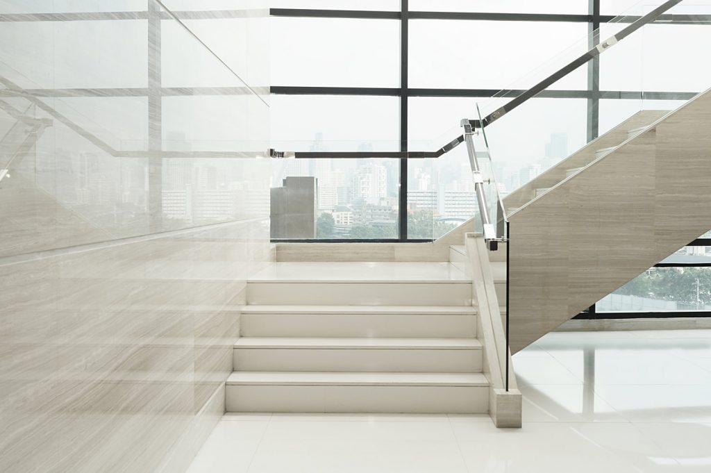Nowoczesne schody kamienne z dodatkami szklanymi
